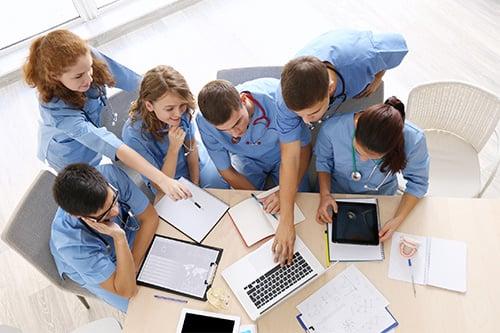 Auszubildende der ToP GbR lernen gemeinsam für die Ausbildung zur Altenpflegehilfe