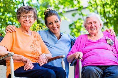 Zwei ältere Damen bei der Altenpflegehilfe von ToP GbR