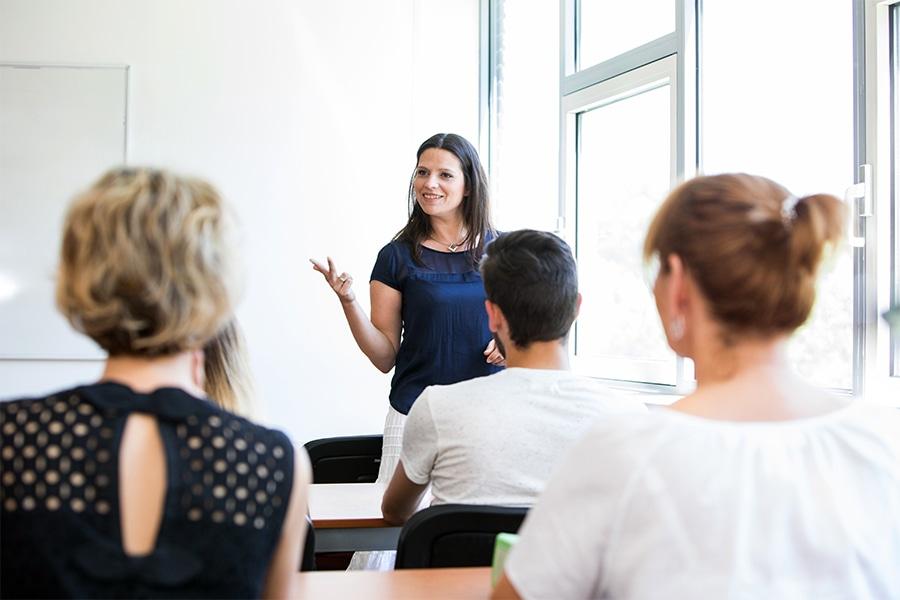 Lehrerin der Pflegeschule ToP GbR unterrichtet einen Klassenraum mit Auszubildenden