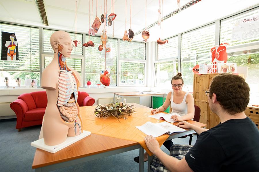 Sozialraum mit lernenden Auszubildenden der Pflegeschule ToP GbR